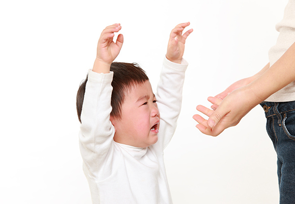 母親に甘えて泣く男の子