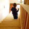 長男、階段上のベビーゲートに寄りかかって階段を落下する…